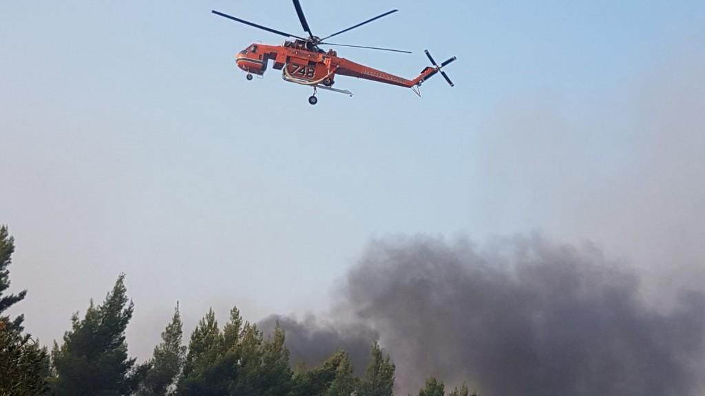 Ανάβυσσος – Φωτιά ξέσπασε στην περιοχή Άγιος Νικόλαος – Σηκώθηκε και ελικόπτερο