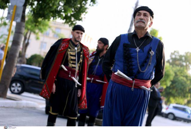 Μίκης Θεοδωράκης – Κρητικοί συνοδεύουν τη σορό του τραγουδώντας «Ένα το χελιδόνι»