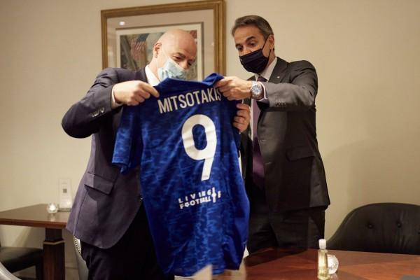 Η συνάντηση Μητσοτάκη-Ινφαντίνο και τα δώρα που... τα είπαν όλα