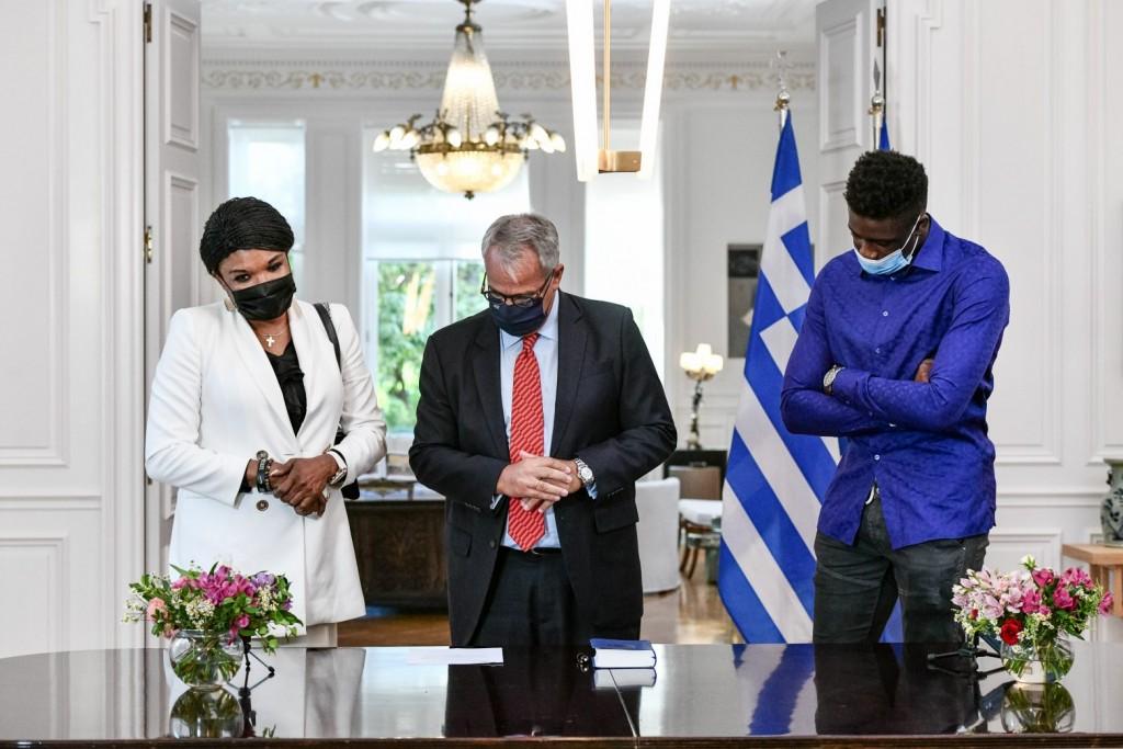 Γιάννης Αντετοκούνμπο – Έλληνες πολιτογραφήθηκαν η μητέρα κι ο αδερφός του