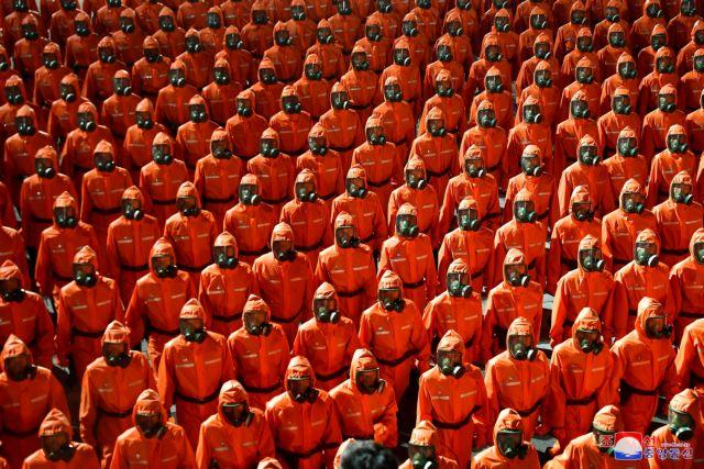 Βόρεια Κορέα – Με στολές… βιοχημικού πολέμου και μάσκες αερίων παρέλασαν οι στρατιώτες του Κιμ Γιονγκ Ουν