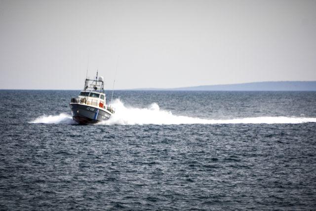Κύθνος – Ελικόπτερο περισυνέλεξε τους 6 επιβαίνοντες καταμαράν – Το σκάφος παρουσίασε εισροή υδάτων