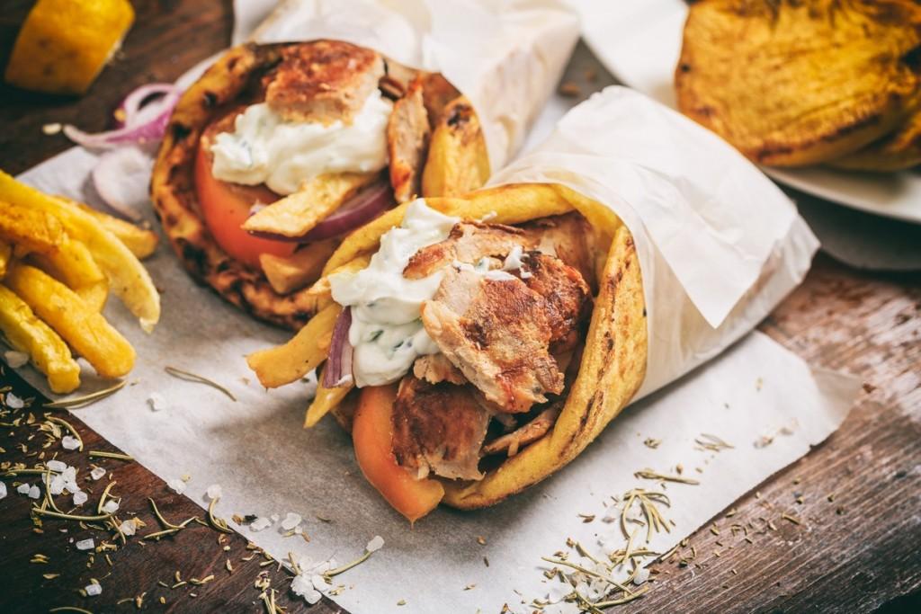 Οι αυξήσεις «χτύπησαν» και το σουβλάκι – Πόσο πωλείται πλέον το αγαπημένο φαγητό των Ελλήνων