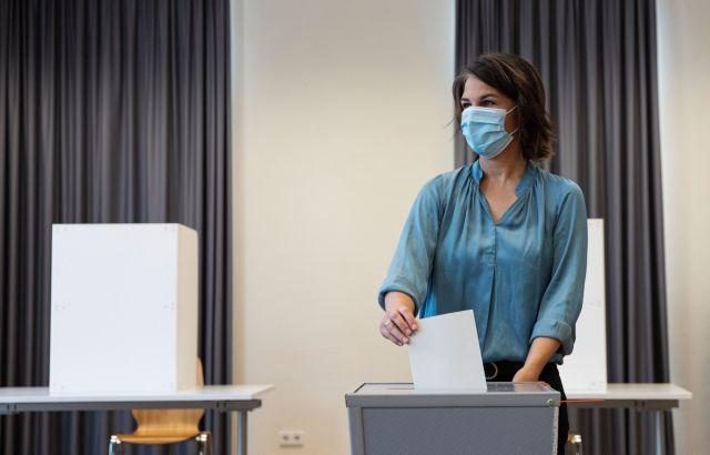 Εκλογές στη Γερμανία – Με μπλούζα 300 ευρώ πήγε στην κάλπη η υποψήφια των Πρασίνων