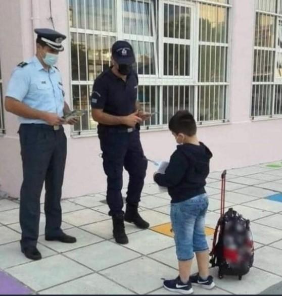 Γκάφα της Ελληνοφρένειας – Η φωτογραφία με τους αστυνομικούς που δήθεν ελέγχουν μαθητές για self test