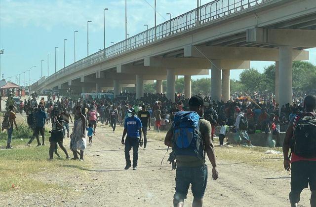 Η νέα πληγή του Μπάιντεν – Περισσότεροι από 10.000 μετανάστες κάτω από γέφυρα στην Ντελ Ρίο