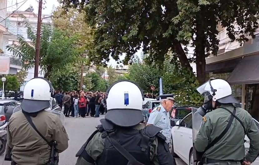 Σταυρούπολη –  Υπό αστυνομικό κλοιό το ΕΠΑΛ – Ένταση με το «καλημέρα»