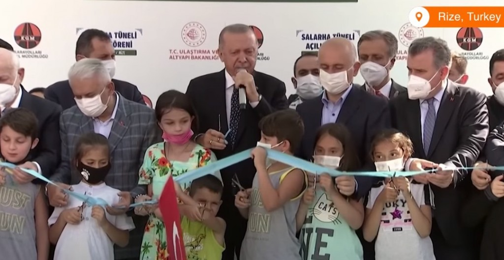 Τουρκία – Δεκάχρονο παιδί κόβει πρόωρα την κορδέλα εγκαινίων και εκνευρίζει τον Ερντογάν