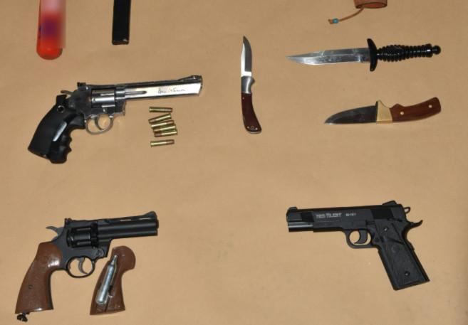 Σταυρούπολη – Ευρήματα σοκ στα σπίτια των συλληφθέντων – Καραμπίνες, αεροβόλα και μαχαίρια