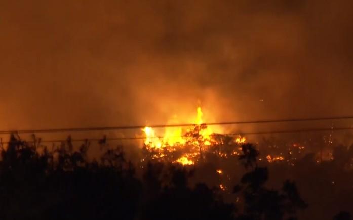 Νέα Μάκρη – Τέσσερις πυρκαγιές εκδηλώθηκαν ταυτόχρονα το βράδυ της Δευτέρας