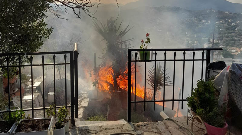 Έκρηξη σε σπίτι στα Καλύβια – Προκλήθηκε φωτιά, πληροφορίες για τραυματίες