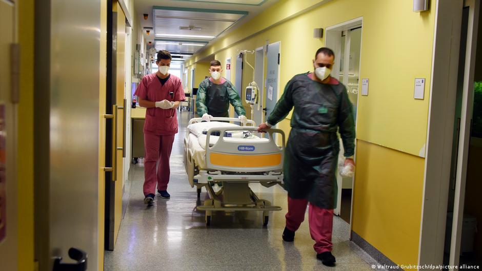 Η οργή του νοσηλευτικού προσωπικού για τους ανεμβολίαστους – «Πολύ θα ήθελα να του δώσω μία»