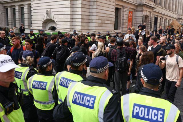 Συγκρούσεις αστυνομίας και αντιεμβολιαστών διαδηλωτών στο Λονδίνο – Τέσσερις αστυνομικοί τραυματίστηκαν