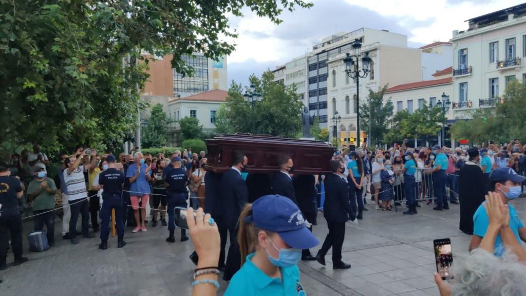 Μίκης Θεοδωράκης – Κοσμοσυρροή και ένταση στο λαϊκό προσκύνημα – Ολοκληρώθηκε η δεύτερη μέρα