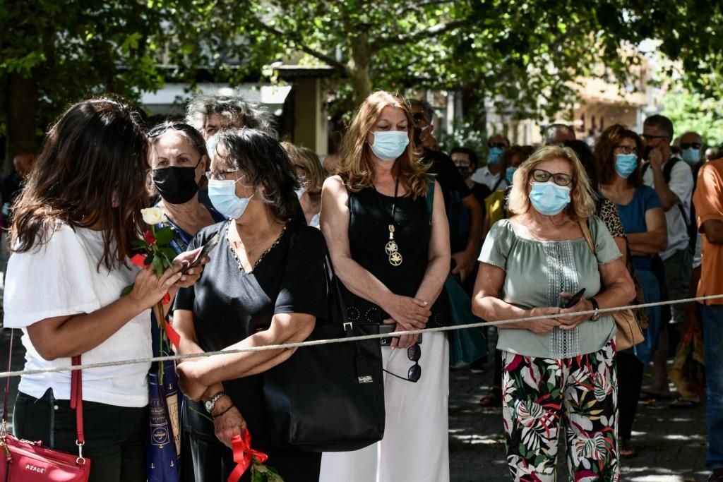 Μίκης Θεοδωράκης – Πλήθος κόσμου έξω από τη Μητρόπολη για το λαϊκό προσκύνημα