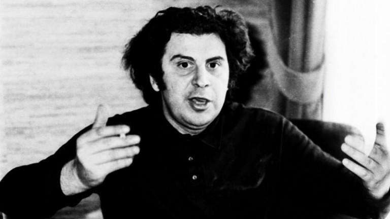 Σπάνιο ντοκουμέντο – Ο Μίκης Θεοδωράκης τραγουδάει συγκλονιστικά το «Χάθηκα»
