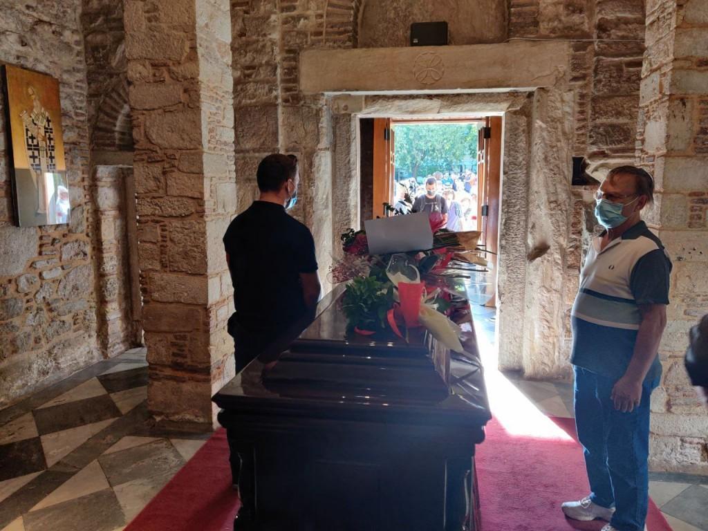 Μίκης Θεοδωράκης – Η Ελλάδα υποκλίνεται στον παγκόσμιο Έλληνα  – Δείτε live το λαϊκό προσκύνημα στη σορό του