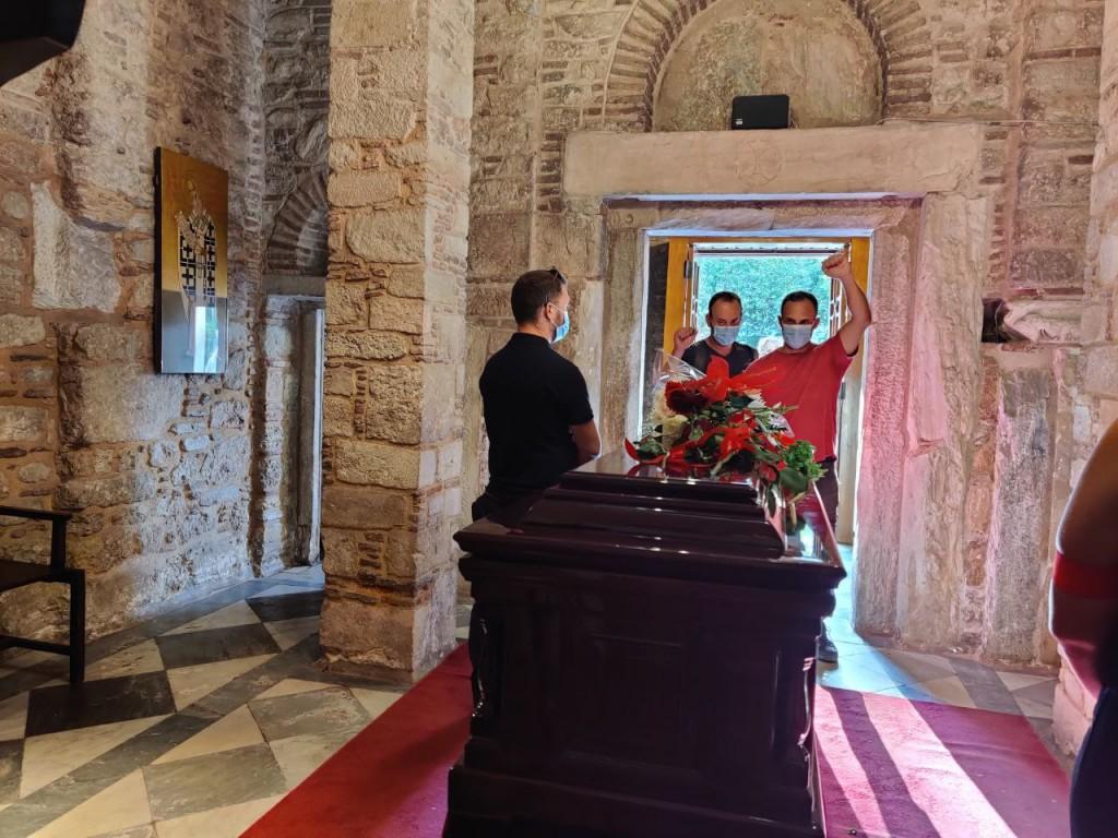 Μίκης Θεοδωράκης – Χιλιάδες πολίτες κάθε ηλικίας τον αποχαιρέτησαν στην πρώτη μέρα του λαϊκού προσκυνήματος