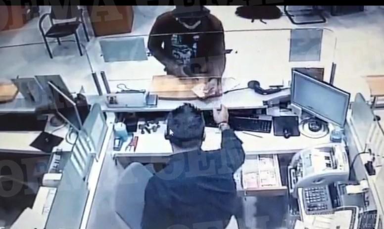 Ένοπλη ληστεία στο κέντρο της Αθήνας – Ποιος είναι ο ληστής με το τατουάζ που αναζητούν οι Αρχές
