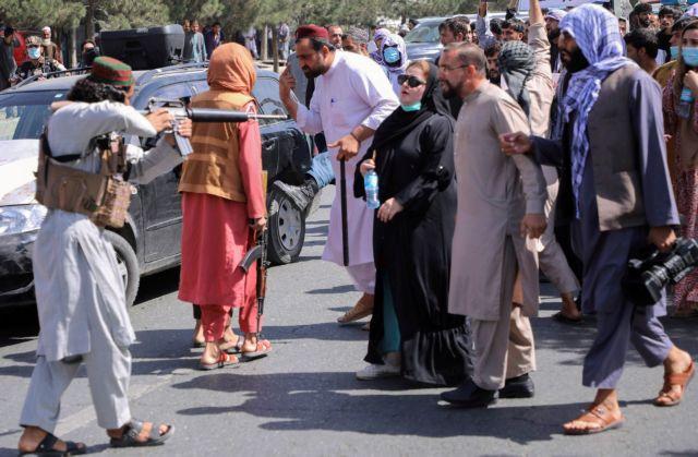 Αξιωματούχος των Ταλιμπάν – «Γυναίκα χωρίς χιτζάμπ είναι κομμένο πεπόνι»
