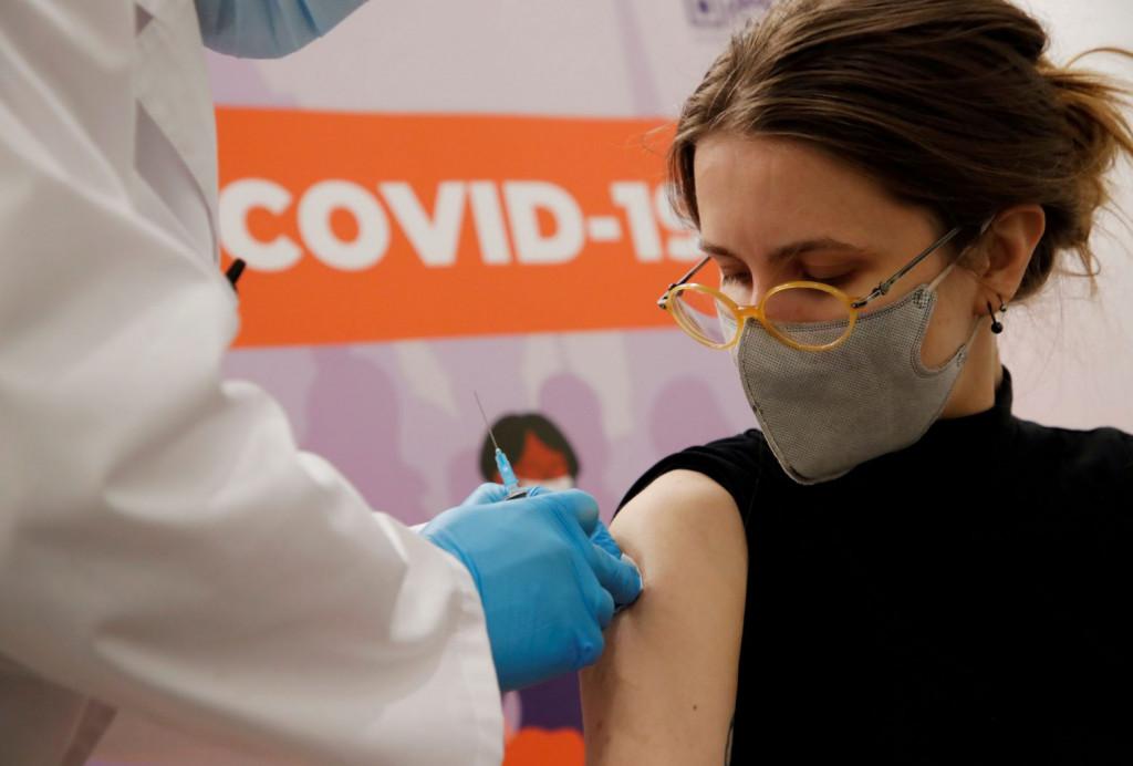Κοροναϊός – Αν όλοι έκαναν το εμβόλιο, θα είχαμε 1 έως 5 θανάτους – Το υγειονομικό «φάουλ» των νέων μέτρων
