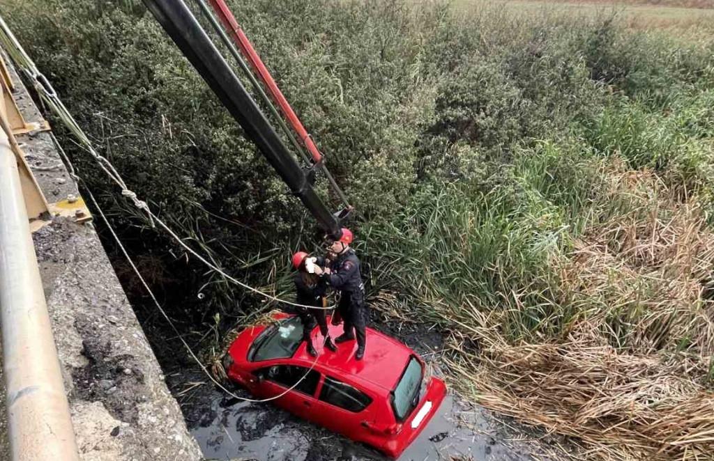 Θεσσαλονίκη – Αυτοκίνητο έπεσε σε κανάλι στη Θέρμη – Απεγκλωβίστηκαν δύο γυναίκες