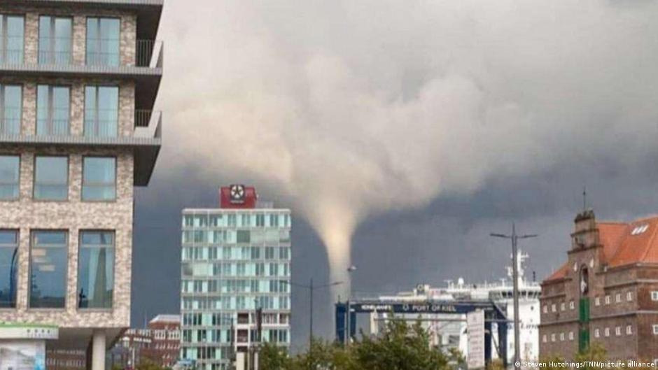 Τρόμος στη Γερμανία – Τυφώνας πέταξε ανθρώπους στη θάλασσα – Αδύνατον να προβλεφθεί