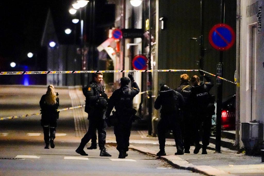Νορβηγία – Τουλάχιστον πέντε οι νεκροί από την επίθεση – Συνελήφθη ο δράστης, ανοιχτό το ενδεχόμενο τρομοκρατίας